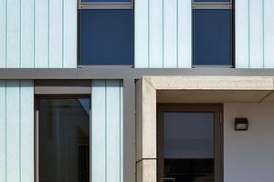 Der Aluminiumrahmen der Glasfenster ist hinter<br />dem Profilglassystem mit TWD angeordnet, so dass sich eine geringe Ansichtsbreite von nur 23,2cm ergibt