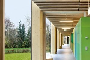 Der Innenausbau und die Möblierung stammen aus der Entwurfsfeder der Architekten. Die Farbwahl in fünf verschiedenen Grüntönen nimmt Bezug auf die umgebende Parkanlage. Der Ausbau erlaubt viele kindgerechte Ausgucke und Schlupföffnungen von Raum zu Raum