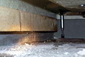 Bild6: Holzlatte mit Wasserrändern unterhalb der Duschwanne