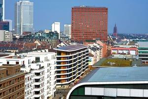 Das Aktiv-Stadthaus liegt an der viel befahrenen Speicherstraße im Frankfurter Gutleutviertel zwischen Main und Hauptbahnhof und ist wie das Grundstück 150 m lang und nur 9 m tief
