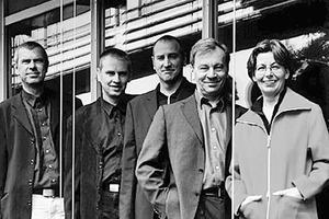 """<div class=""""fliesstext_vita""""><strong>HHS Planer + Architekten AG, Kassel</strong></div><div class=""""fliesstext_vita""""></div><div class=""""fliesstext_vita"""">HHS Planer + Architekten AG wurde 1980 von Manfred Hegger, Doris Hegger-Luhnen und Günter Schleiff gegründet und seit 2001 durch die Partner Gerhard Greiner und Andreas Wiege erweitert. Das Büro hat derzeit 24 Mitarbeiter und hat sich vor allem im Bereich der Energieeffizienten Architektur einen Namen gemacht. Neben dem Aktiv-Stadthaus plante HHS ein weiteres Mehrfamilienhaus im Effizienzhaus-Plus-Standard am Riedberg in Frankfurt a.M.</div>"""
