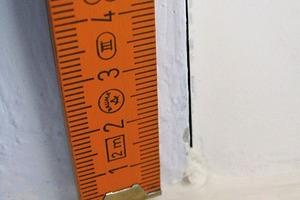 Bild2: Fenster1 – Längsfuge zwischen Revisionsdeckel und Rollladenkasten