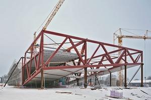 Das Stahlfachwerk, hier noch abgestützt und teils schon mit eingelegten Fertigteil-Decken bzw. -Böden