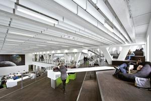 Lernlandschaft mit Architektenmöbeln und dezenten Farbtupfern