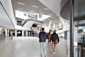Hinter der Drehtür geht es ins Atrium, Hörsaalzentrum wie auch Zentrum der Lernlandschaft