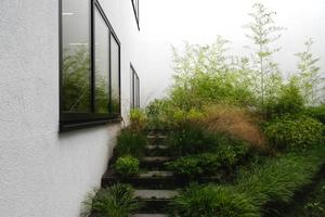 Der Innenhof macht das Gefälle sichtbar, das unterschiedliche Raumhöhen in den Lernräumen möglich macht