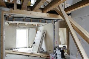 """<div class=""""4.1 Bildunterschrift"""">Mit den hellen, offenen Wohnlandschaften schufen o5 architekten durch die Öffnung der Dachgeschosse und die bodentiefen Fensteröffnungen eine hohe Wohnqualität</div>"""