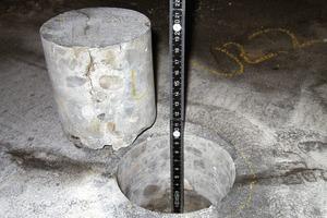 Bild2: Prüfung der Risstiefe an einem Bohrkern