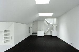 Zwei Elemente bestimmen den Innenraum im Erdgeschoss: Das Sheddach und die Serviceschiene. Die unterschiedlichen Raumquerschnitte gliedern den offenen, 22 Meter tiefen Wohn-Essbereich.