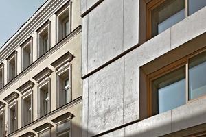 Sibirisches Lärchenholz bildet den Rahmen für den Blick nach draußen. Es wird sich mit der Zeit der Farbe des Betons annähern