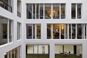 Der überdachte Innenhof lässt Tageslicht in die innenliegenden Büroräume