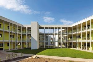 Der Bauherr besaß das Grundstück und hatte das Ziel ein Wohngruppenprojekt zu organisieren. Es wurden neue soziale Strukturen geschaffen