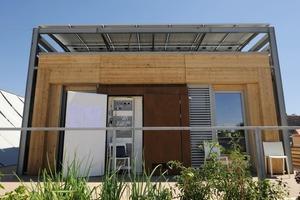 Die Holzkonstruktion bildet den eigentlichen Wohnkern, das Wetterdach spendet nicht nur Energie, sondern auch Schatten und schützt vor Regen<br />