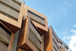 Die HPL-Fassadenpaneele von FunderMax strukturieren die Fassadenansichten zur Straße hin