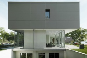 """Das Obergeschoss des Mehrgenerationenhauses wurde mit einer hinterlüfteten Konstruktion aus concrete skin Paneelen von Rieder bekleidet. Die großformatigen Fassadenplatten aus Glasfaserbeton sind 13mm dünn und können innerhalb der maximalen Größe von 1,2x3,6m frei konfektioniert werden<br /><br />Rieder Smart Elements GmbH<br /><a href=""""http://www.rieder.cc"""" target=""""_blank"""">www.rieder.cc</a><br />"""