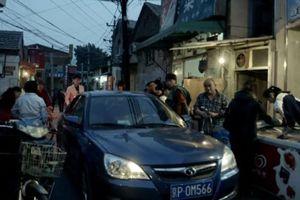 Das Auto drängt rücksichslos bis ins noch so geschützte Viertel
