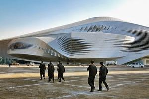 Das Projekt verbindet folgende Nutzungen in einem Gebäude: Konferenzzentrum, Theater und Opernhaus, Ausstellungszentrum, Untergeschoss mit Parken, Anlieferung und Entsorgung und hat folgende Maße: <strong>Dachfläche: </strong>28100 m², <strong>Gebäudehöhe: </strong>60 m, <strong>Gebäudelänge:</strong> 220 m,<strong>Gebäudebreite: </strong>200 m<strong>Anzahl der Geschosse:</strong> 8