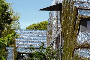 Die Edelstahlfassade spiegelt die grüne Umgebung wider und die Häuser werden zum Teil der Landschaft<br />