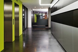 Die schwarzen Magnetstreifen in der Aluminiumwand dienen dem Büro als Präsentationsfläche<br />