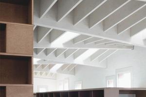 Das Profil des Daches ist ein wichtiges Merkmal des Gebäudes. Es wird als versetztes Faltwerk in weiß gestrichenem Brettschichtholz ausgeführt
