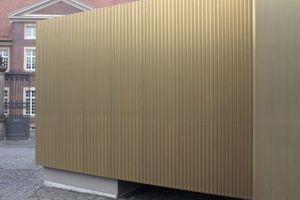 Bei der Fassade aus Goldkupfer wurden die Stegpfalze zur Mitte hin dichter gekantet