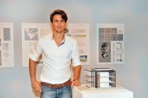Adrian Fuhrich vor seinem Entwurf in der Ausstellung des Kunstmuseums Bochum