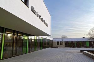 """Nachher: Der Blick auf das """"Werkgebäude"""" mit dem Haupteingang der Schule links"""