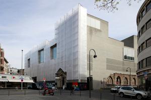Kolumba, Diözesanmuseum in Köln (2007). Zurzeit mit Witterungs- und Arbeitsschutz wegen Reparaturarbeiten, die die mangelhafte Dichtigkeit der Ziegelwand auf der Schlagregenseite beheben sollen