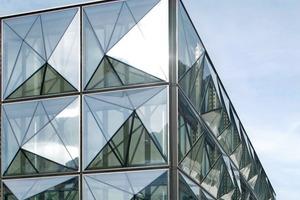 48 Prismen pro Längseite, 12 Stück pro Stirnseite, d.h. ca. 120 blinkende und blitzende Glasprismen direkt an der Hauptstrasse von Vaduz<br />