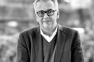 """<div class=""""fliesstext_vita""""><strong>Uwe Schröder Architekt</strong><br />Uwe Schröder<br /><br />Er studierte Architektur an der RWTH Aachen und an der Kunst-akademie Düsseldorf. 1993 Gründung des eigenen Büros in Bonn. Von 2004 bis 2008 Professor für Entwerfen und Architekturtheorie an der FH Köln, seit 2008 ist er Professor am Lehr- und Forschungsgebiet Raumgestaltung der Fakultät für Architektur an der RWTH Aachen University. </div>"""