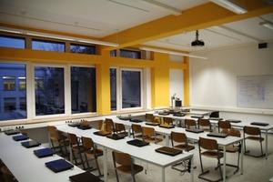 """Im Sommer wird die Schule """"passiv"""" gekühlt. Der Sonnenschutz verhindert ein Überhitzen der Räume. Die Gebäudemasse nimmt tagsüber die entstehende Wärme auf<br />"""