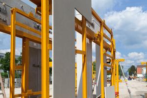 Die Füllgefache der Fassadenkonstruktion wurden aus 3cm starken Faserbetonelementen erstellt. Ihre Position war selbst in den Transportgestellen festgelegt, um einen effizienten Einbau zu erreichen