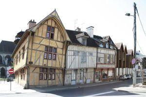 Die Sanierung von Fachwerkhäusern ist ein internationales Thema wie diese historischen Gebäude in Frankreich zeigen.