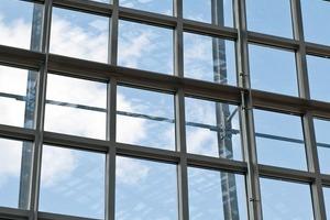 Das entscheidende Detail bildet der Aufbau des Verbundsicherheitsglases im Überkopf-Bereich der Halle mit einer SentryGlas Zwischeneinlage<br />