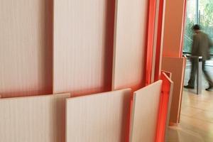 Eine Referenz an die Fassade: schuppenförmig um den Gebäudekern gelegte Holzpaneele aus lasierter Buche<br />