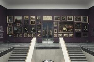 Aufgang von Foyer in den Gartenflügel (im Rücken) oder zum Mainflügel (Alte Meister). Die Bilder gegenüber an der Wand zeigen die Petersburger Hängung der ursprünglichen Sammlung des Herren Städel