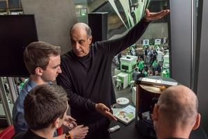 Carl Bass im Gespräch mit Journalisten und den Teilnehmern der Panel-Diskussion am Prototyp des Autodesk 3D-Druckers