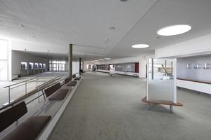 Foyer. Rechts die Garderoben, die wie sämtliche Möblierung Orginalzubehör ist