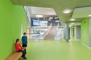 Die Flure in den oberen drei Geschossen sind Erweiterungen des Klassenraums, weswegen die Architekten entlang der Wände Sitzmöglichkeiten anbieten. Dadurch ermöglichen sie alternative Lern- und Arbeitssituationen