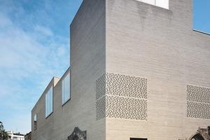 """links: Der """"DAM-Preis für Architektur in Deutschland 2008"""" geht 2009 an Kolumba, Kunstmuseum des Erzbistums Köln<br />rechts: DAM-Chef Peter Cachola Schmal übergibt Peter Zumthor die Auszeichnung"""