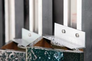 Die Befestigung auf dem gedämmten Stahlbetonbau erfolgte mittels Agraffen auf einer Unterkonstruktion aus Aluminium. Bereits im Vorfeld wurde für die Befestigung in diesem speziellen Fall eine Zustimmung im Einzelfall erwirkt<br />