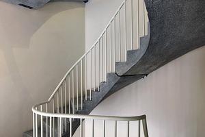 Das offen gestaltete Treppenhaus bildet den Übergang zum Kloster