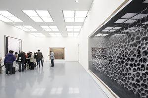 """Ausstellungsansicht. Rechts: """"Ohne Titel XVI"""", Gursky 2008. Links: """"Besuchergruppe vor Gursky"""""""