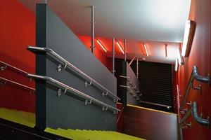 Die Treppen sind als eigenständige Raumeinheiten im leuchtenden Signalrot wie das der meisten Sitzschalen implantiert<br />