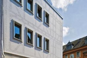 Die zitternden Linien an der Fassade beschreiben das ehemalige Fachwerk des abgerissenen Gebäudes