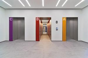 """Das Design der Kabinen folgt erneut dem WISAG-Unternehmensleitbild. Unter dem Stichwort """"bunt"""" sind die vier Aufzüge, wie auch die einzelnen Büroetagen, nach unterschiedlichen Farbcodes gestaltet. Wandverkleidungen aus farbig hinterlegtem Glas und perlgestrahltem Edelstahl sorgen für ein freundliches Ambiente &nbsp;<br />&nbsp;<br />"""