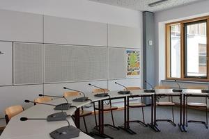 Samuel Heinicke Realschule, München: Schallabsorbierende Materialien müssen nicht optisch dominant sein, wie hier der in die Magnettafel integrierte gelochte Wandabsorber zeigt