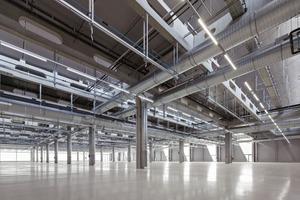 Sowohl die weit spannende Trag-struktur aus Stahlbeton als auch die tragenden Sandwichelemente aus Stahlblech zur Dacheindeckung wurden vorgefertigt, um die Bauzeit zu verkürzen