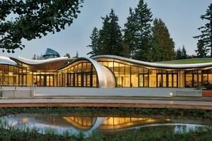 Eingangsansicht des Besucherzentrums: Die geschwungenen Dächer lassen die Herausforderungen bei der technischen Ausführung der Begrünung erahnen