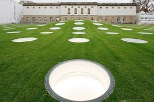 Die mittig gewölbe, lichtlukendurchlöcherte Grasfläche des Städel-Gartens<br />
